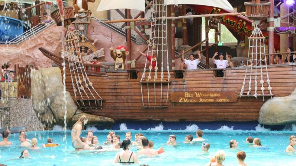 Pirates show in the water park Eurothermen